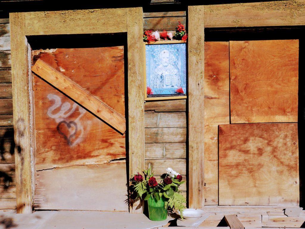 Окна дома Клавдии Болонкиной